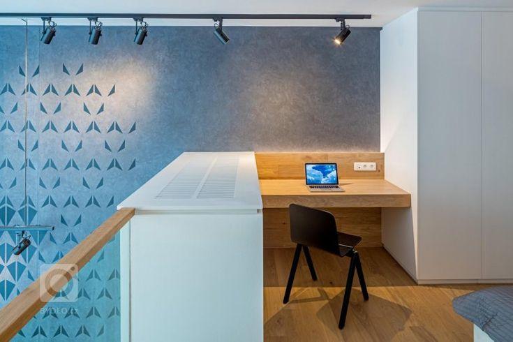 Malý mezonet s funkcí dvoupokojového bytu má dvě úrovně. Na nižší se nachází vstupní prostor, koupelna a denní zóna se světlou výškou přes dvě podlaží. Na…