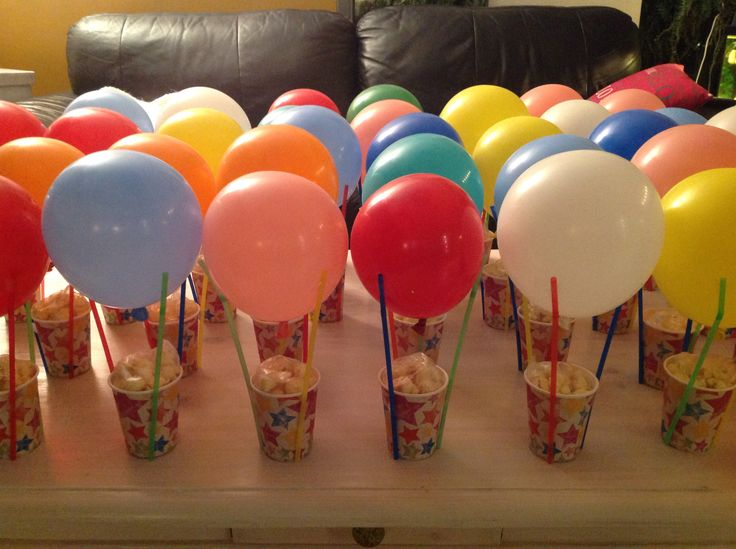 Traktatie voor op school. Bakje popcorn met ballon en rietjes. Een leuke luchtballon.