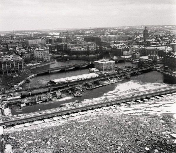 Flygfoto från bygget av tunnelbanarbeten mellan T-Centralen och Gamla stan år 1954 - Stockholmskällan