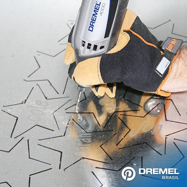 2° Passo: Faça furos na parte superior de seus enfeites, utilizando uma broca Dremel modelo 150 com a sua micro retífica, realize lentamente um buraco na parte superior do seu enfeite para logo poder pendurar com um fio de nylon.