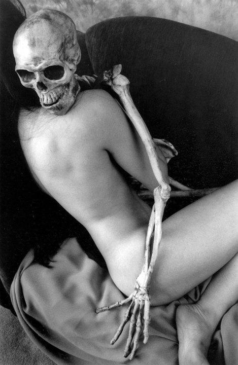 """photo noir et blanc : """"la jeune fille et la mort"""", squelette et femme, nu"""