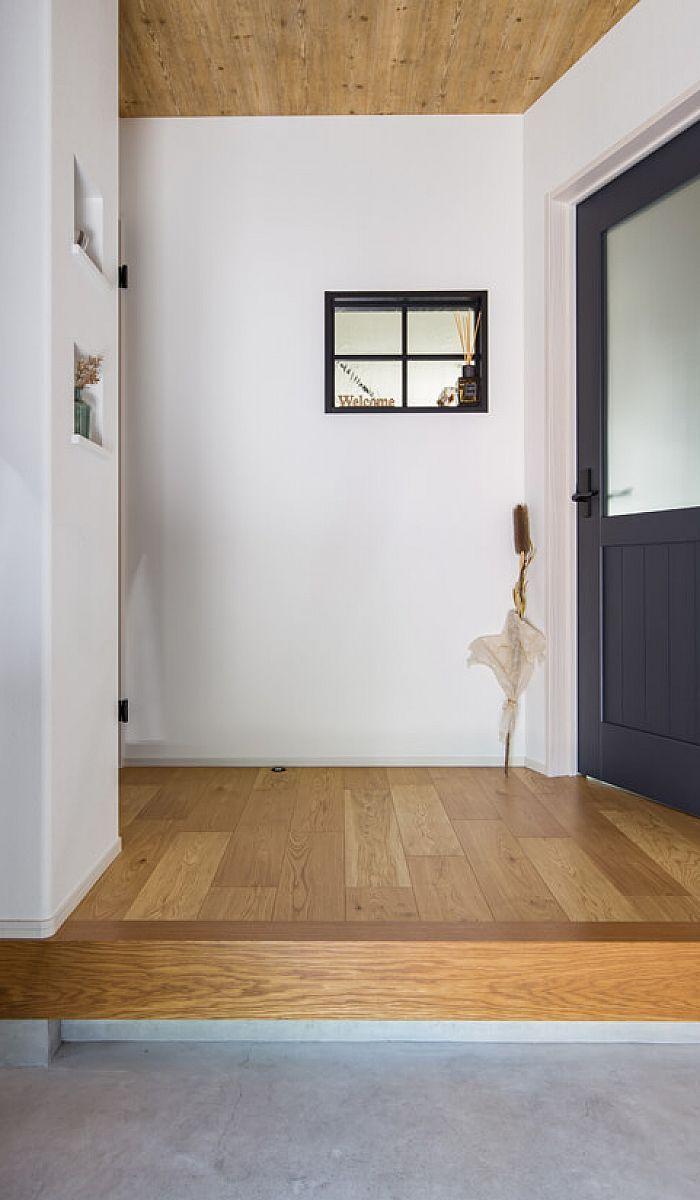 カラードアと木目の天井がアクセントのお出迎え空間は 造作窓を設け抜け感をプラスしました 家 自宅で 玄関 内装