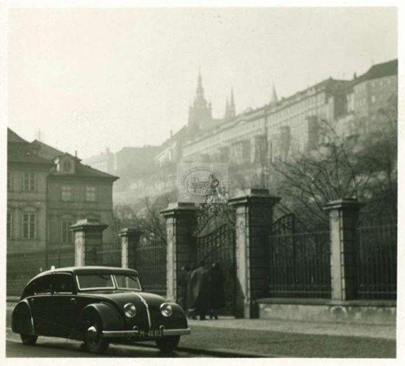 JOSEF SUDEK Jedná se o drobný pozitiv velikosti 75x75 milimetrů na kterém je vyobrazena právě Tatra 77, stojící ve Valdštejnské ulici v Praze.