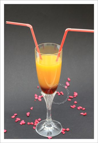 La fête des amoureux approche, alors voici un cocktail sans alcool idéal pour commencer un dîner en amoureux!! Ingrédients pour 2 petites flûtes : 40 g de sirop de fraise 90 g de jus d'orange 1 cuillère à café de gingembre frais râpé (ou un peu plus suivant...