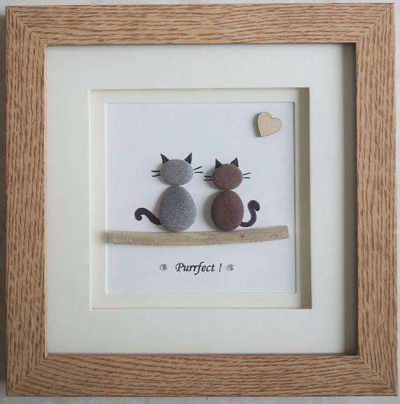 Este es un hermoso arte guijarro pequeño enmarcado cuadro de 2 gatos - Purrfect hecho a mano por mí mismo usando guijarros, Driftwood y corazón de madera Esta imagen de guijarros está enmarcada en un marco de montaje de doble plaza Tamaño de imagen incluyen marco: aprox. 18 cm x 18 cm Este cuadro está terminado y sólo está disponible como se muestra en la foto Gracias por mirar Doris Facebook: https://facebook.com/Pebbleartbyjewlls4u Código de producto: P - violeta