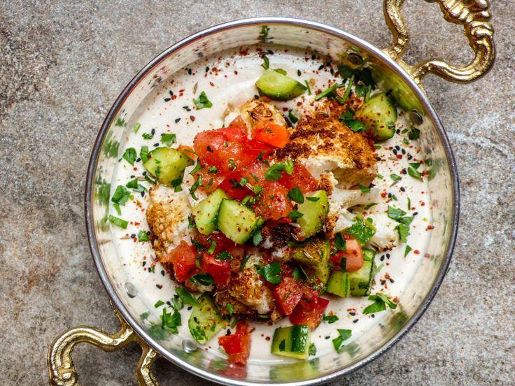 Helstekt blomkål med tahiniyoghurt og hakket salat