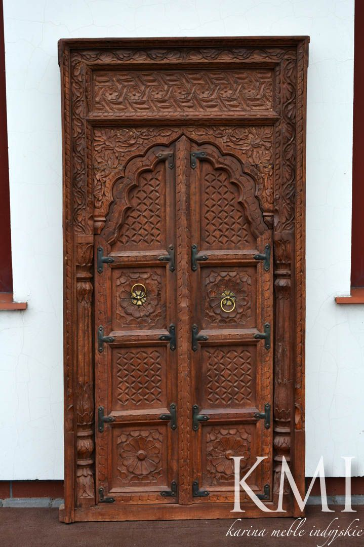 Stare indyjskie okiennice mogą stać się wyjątkową ozdobą Twojego domu. Orientalne , delikatne rzeźbienia przyciągają uwagę tworząc jednocześnie atmosferę tajemniczości i  oczekiwania.  Za okiennicami może skryć się lustro lub szafka na kosmetyki, książki, płyty albo przyprawy.