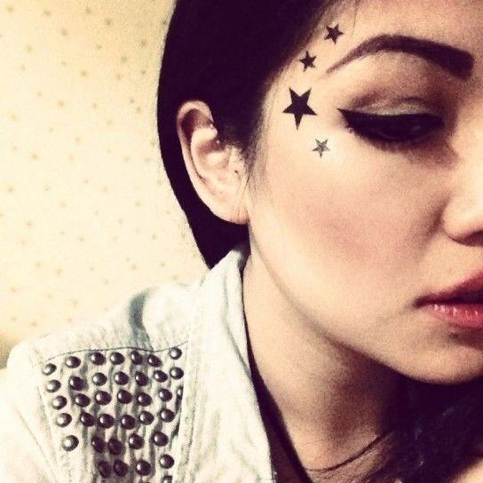 Tattoo con stelle sul viso