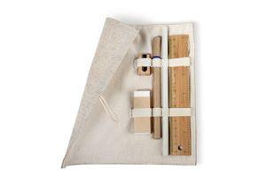 Estuche realizado en yute que incluye una regla realizada en bamboo, un lápiz de papel, un bolígrafo con cuerpo de cartón, una goma y un sacapuntas de madera.