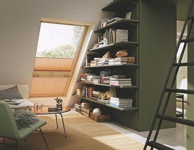 Une bibliothèque déco dans les combles pour lire sous les toits