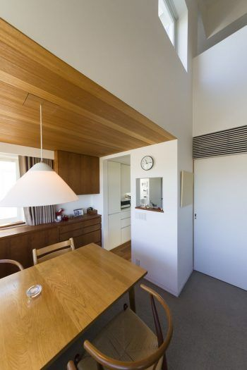 換気ダクトを天井裏に通しているため、キッチンの天井は約2mと低め。「高い所に収納があっても有効に使えません。また、油がまわるだけで掃除も大変。低い方が排気もしやすいです」(夕子さん)