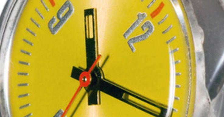 """Cómo configurar un reloj Swatch Chrono. El reloj Swatch Irony Chrono tiene tres posiciones para su perno lateral o """"corona"""". En contraposición, la corona del Swatch Skin Chrono sólo tiene dos posiciones. Simplemente tira de ella, gira las manecillas de hora y minutos hasta que señalen la hora correcta y vuelve a meterla. El Irony también almacena la fecha, razón por la cual incluye una ..."""