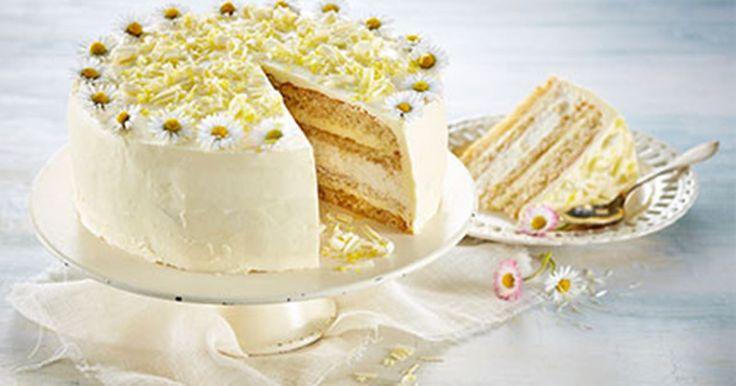 Denne hvide kagedrøm er fantastisk elegant og består af de lækreste kagebunde bagt på mandelmel lagt sammen med hyldeblomstmousse og muscatskum. Pyntet med smukke spiselige blomster og flager af hvid chokolade er den selv en dronning værdig!