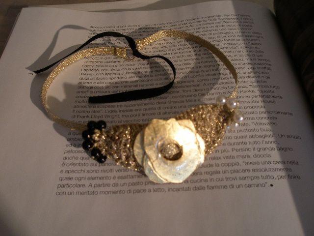 Girocollo in maglia e resina. Oro in foglia