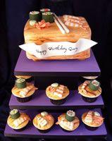 3d pastel en forma de una tabla de cortar con sudhi en soporte con pastelitos wth acolchados sushi fondant
