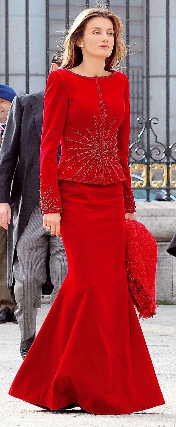 Para la Pascua Militar de 2010, Doña Letizia estrenó un vestido rojo de Lorenzo Caprile decorado con pedrería en cuerpo y mangas. Pascua Militar 2010 (Foto: Gtres).