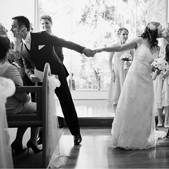 30 great mother of the bride poses! This one is amazing the groom and the bride kissing their moms at the same time!