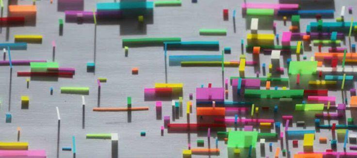 De Mexicaanse kunstenaar Gabriel de la Mora scheurt velletjes Post-It in kleinere stukken en plakt deze vervolgens op een wit vlak. Hierdoor ontstaan kunstwerken die lijken op een driedimensionale versie van de schilderijen van Mondriaan. …
