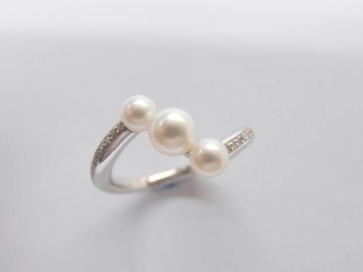 Delicado anillo en oro Blanco con 3 hermosas perlas legitimas  con diamantes engastados en oro blanco de 18k Joyas Marcel JOYAS MARCEL Duran Joyeros, Bogotá.. #hechoamano #joyeria #hermosasjoyas #Colombia