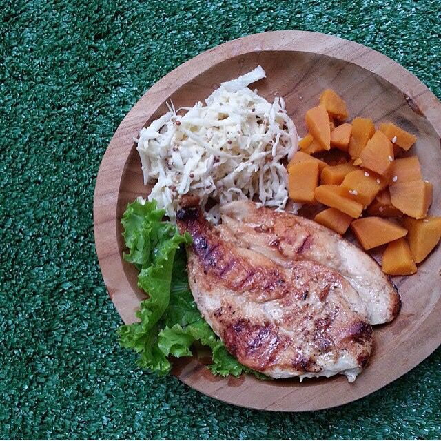 Keeping fit with the @keepfitcatering is not that hard with their delicious menu, like this honey-glazed grilled chicken with kempi deli's multigrain mustard coleslaw and sweet potato soft cubes. Location: Jakarta