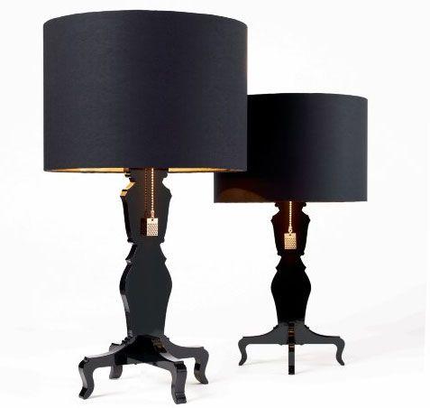 PIDMarkus Hällstrand & Michael Carlssonhar designat denna exklusiva bordsarmatur i svart högblank lack och svart/guld skärm. Lampfoten är av barockstil och lampan ger ett mycket mjuk ljus. Lampan…