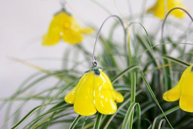 Farbe: citrusgelb  Mit Blumen Freude bereiten.   Wunderschöne, von Hand gefertigte Glockenblume/Keramikblume, ein zauberhafter Schmuck für Ihr Heim.  Die Blüten habe ich liebevoll aus...
