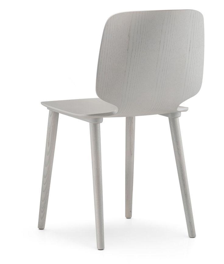 Babila 2700 è una sedia in legno multistrato a spessore variabile con le gambe in frassino. Finiture: frassino sbiancato, tinto grigio, nero, rosso, giallo o blu.