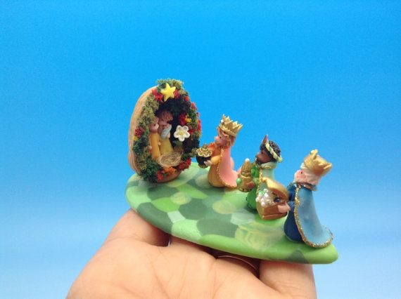 Nacimiento,pesebre en miniatura ,la casita es una cascara de nuez.
