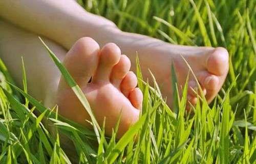 Los sorprendentes beneficios de andar descalzo - Mejor Con Salud