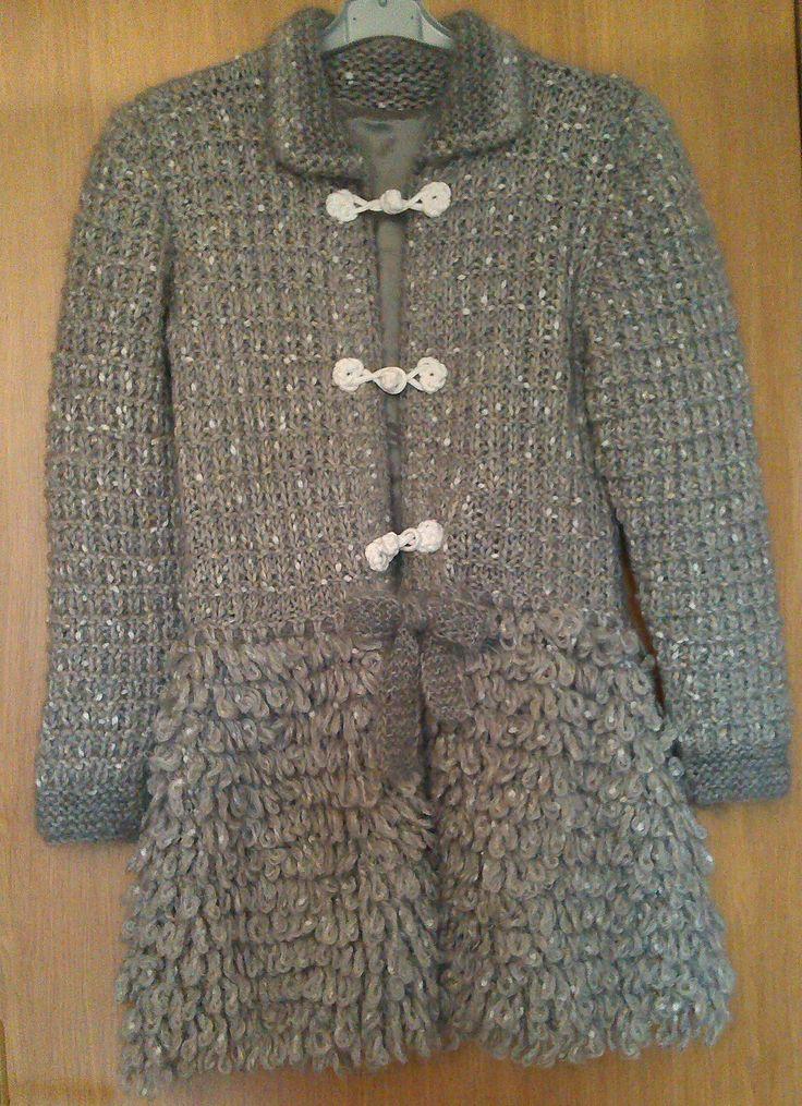 Cappotto per bambina realizzato in lana. Lavorazione a maglia. Knit.
