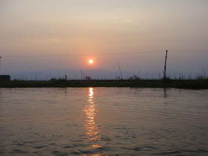 Atardecer en el Lago Inle en Birmania.