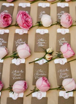 ピンクの生花バラで♡ <ピンク・キュートな結婚式エスコートカード・席札まとめ一覧>