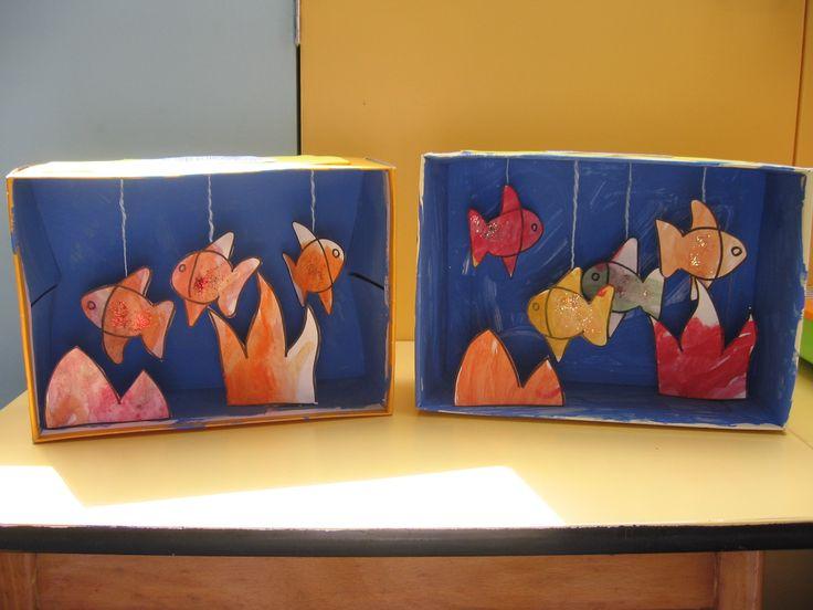 Aqarium/vissen: Beschilder een schoendoos aan de binnenzijde. Teken vissen of gebruik een kleurplaat, knip de delen uit en bevestig ze met een touwje aan de bovenzijde.