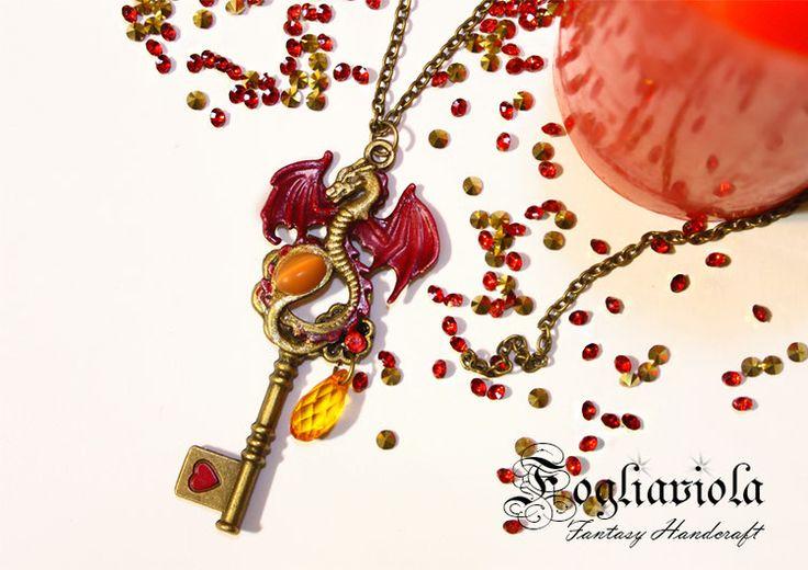 Chiave del Drago Rosso    reddragon #drago #dragon #magicneckalce #enchantednecklace #dragonpendant #fantasydragon #fantasyjewelry #fantasynecklace