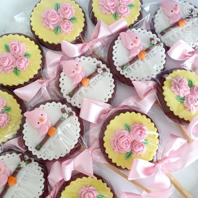 Pirulitos de chocolate para o charmoso jardim da princesa Beatrice. #pirulitosjardim #docesjardim ...