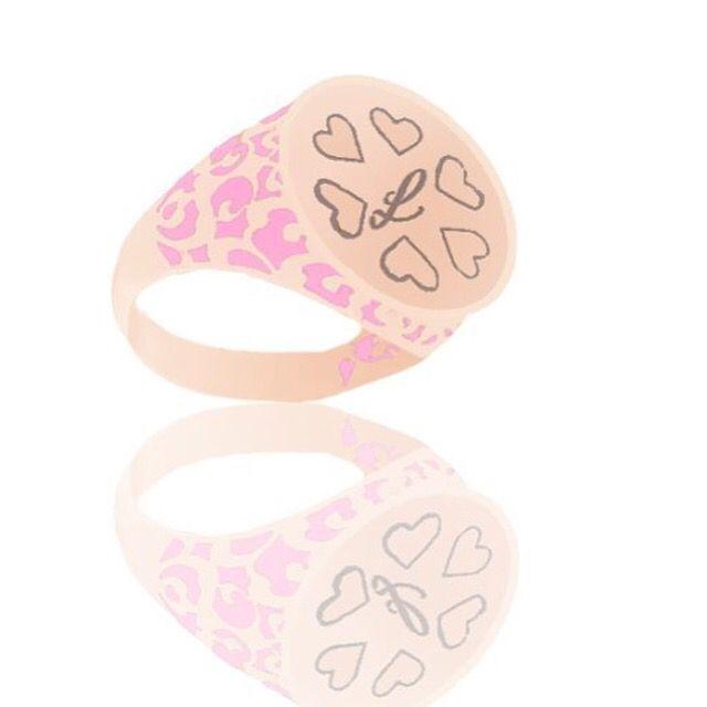 Anello in argento 925 placcato oro rosa con incisione di cuori e lettera e decoro in smalto rosa. Sullo shop www.alemijewels.it puoi personalizzarlo come vuoi!!! #alemijewels #personalizza #gioielli #smalto #lettera #cuori #rosa #argento #jewelrygram #jewels #pink #personalized #fashion #cool #shop #stylish #fashionjewelry #anello #ring