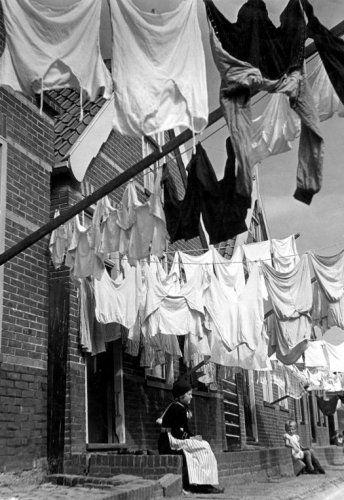 De was hangt buiten te drogen: Maandag Wasdag in Volendam, 1943.