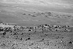 На снимке видны холмы, которые раскинулись на большие расстояния. Фотография также позволяет в мельчайших подробностях рассмотреть каждый камень и обломок пород, которыми усеяна планета