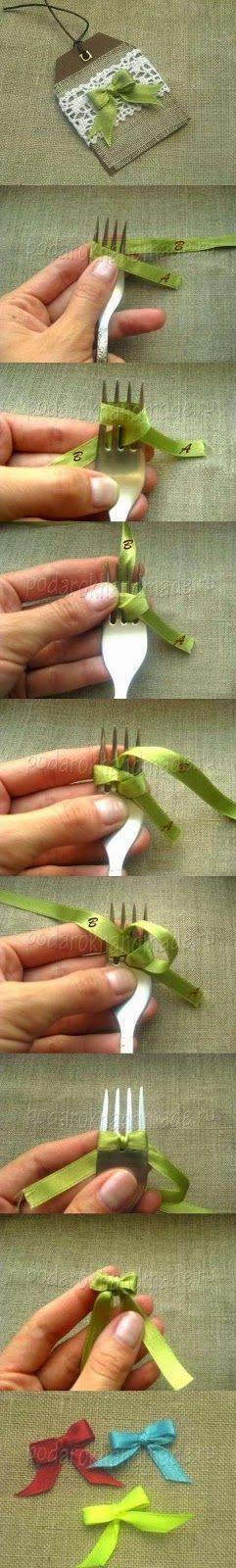 Truco para hacer lazos muy pequeños con un tenedor. De esta forma conseguirás hacer pequeños moños para decorar cualquier cosa, tarjetas de...