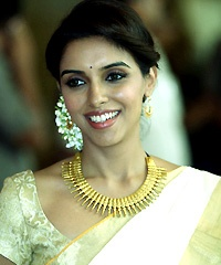 Asin celebrates Onam with B-town pals - http://gltz.in/?na-85470