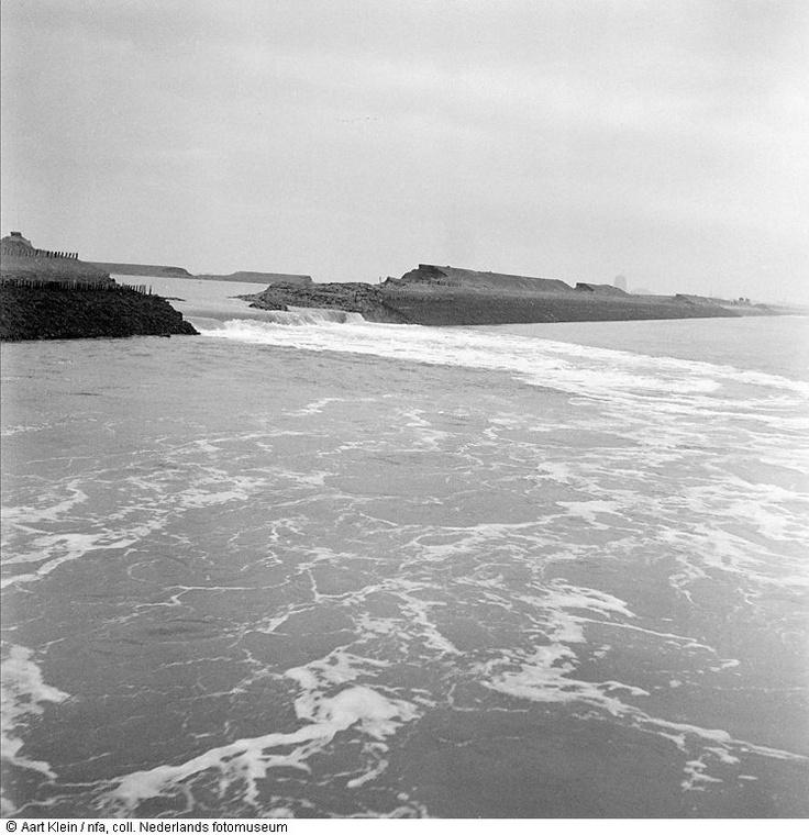 Doorgebroken dijk, watersnoodramp, Zeeland of Noord-Brabant (1953) Maker: Fotograaf: Aart Klein