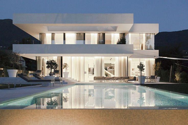 Lignes épurées avec les 2 toits terrasses soulignant la légère façade en verre http://www.edifit.fr #ToitPlat #ToitTerrasse