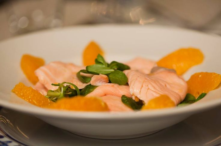 Se oggi il sole non c'è, cercalo in questo piatto: salmone fresco marinato all'arancia. Provalo anche se c'è il sole! http://www.canovapiazzadelpopolo.it/prenotazioni #pescefresco da #canova #salmonefresco #arance