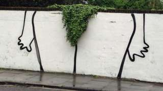"""Image caption                                      Un graffiti en Londres con un toque muy singular                                Depilarse el vello público se ha vuelto muy popular en decenas de países y en los establecimientos que ofrecen ese servicio se puede ver un cartel casi omnipresente: """"Depilación brasile�"""