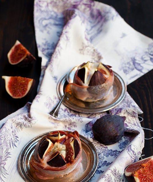 Una ricetta per un antipasto rapido e sfizioso: fichi ripieni di gorgonzola, avvolti nella pancetta e cotti per pochi minuti in forno.
