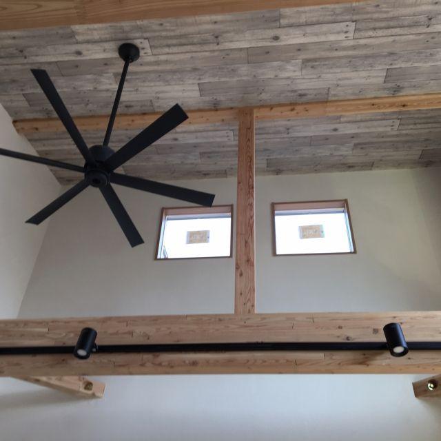 Yupioさんの、珪藻土の壁,木目調クロス,シーリングファン,勾配天井,入居前,リビング,のお部屋写真