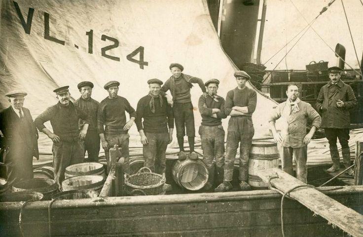Geschiedenis van Vlaardingen - Houten logger met bemanning. De houten logger VL 124 'Prinses Juliana' met bemanning in de Vlaardingse haven. Deze logger ging op 12 mei 1911 te water op de werf A.C. van Dam. Foto-prentbriefkaart. ca 1920 #ZuidHolland #Vlaardingen