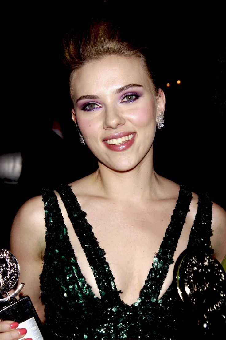 Violeta profundo (Scarlett Johanson): Para un maquillaje que resalte y con un toque dramático, usaremos varias capas de máscara y delinearemos el párpado con trazo fino y de color púrpura. Asegurándote una mirada vibrante y sensual.