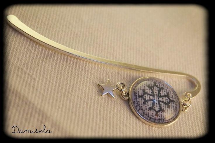 Marque page argent cabochon 20 mm croix occitane sur fond bleu petites flèches : Marque-pages par damisela