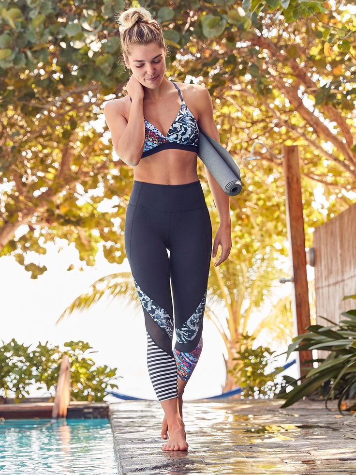 This Salutation tight is made from our unbelievably soft and lightly-compressive Powervita fabric with mesh ventilation and an Unpinchable high-rise waistband that has a hidden key pocket.
